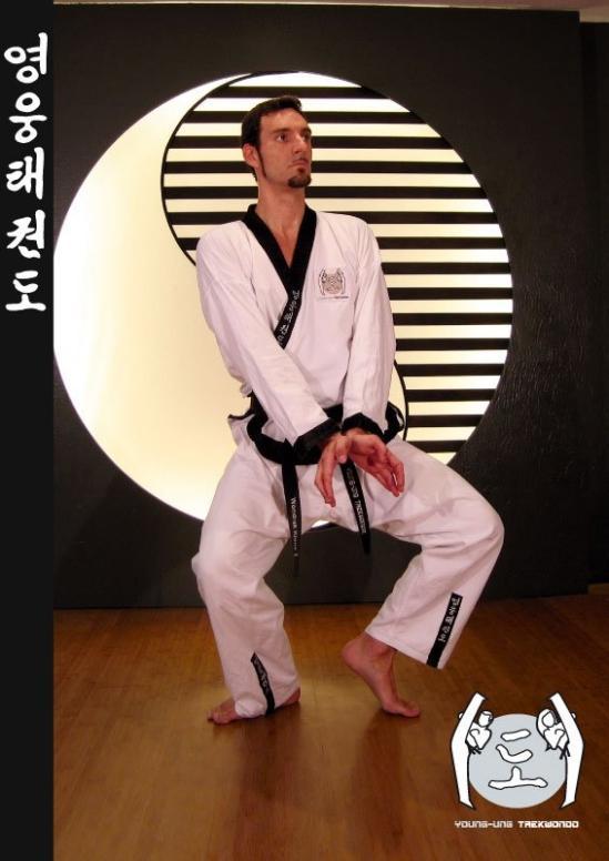 Mann im Taekwondo Kampfanzug mit Schwarzgurt