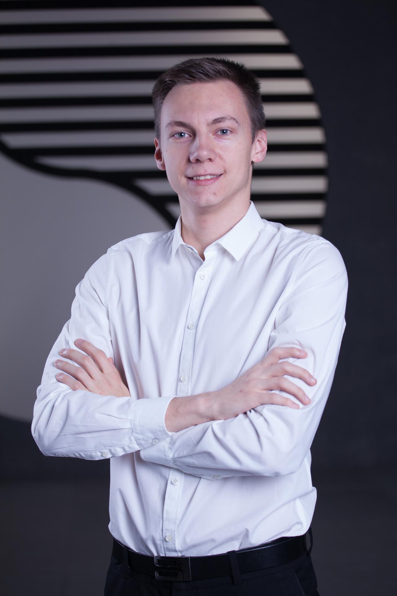 Junger Mann im weißen Hemd