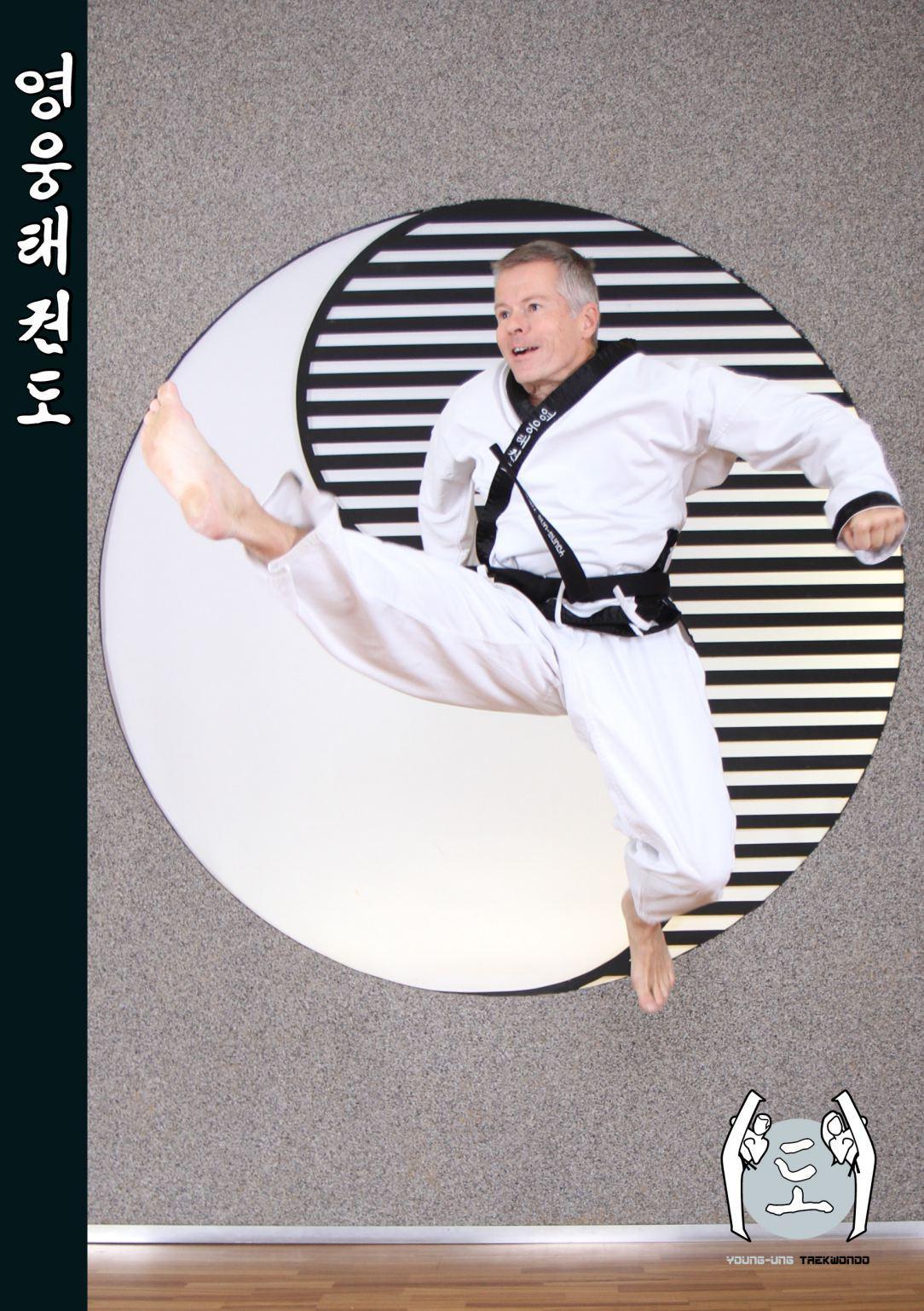 Alter Mann im Taekwondo Kampfanzug mit Schwarzgurt