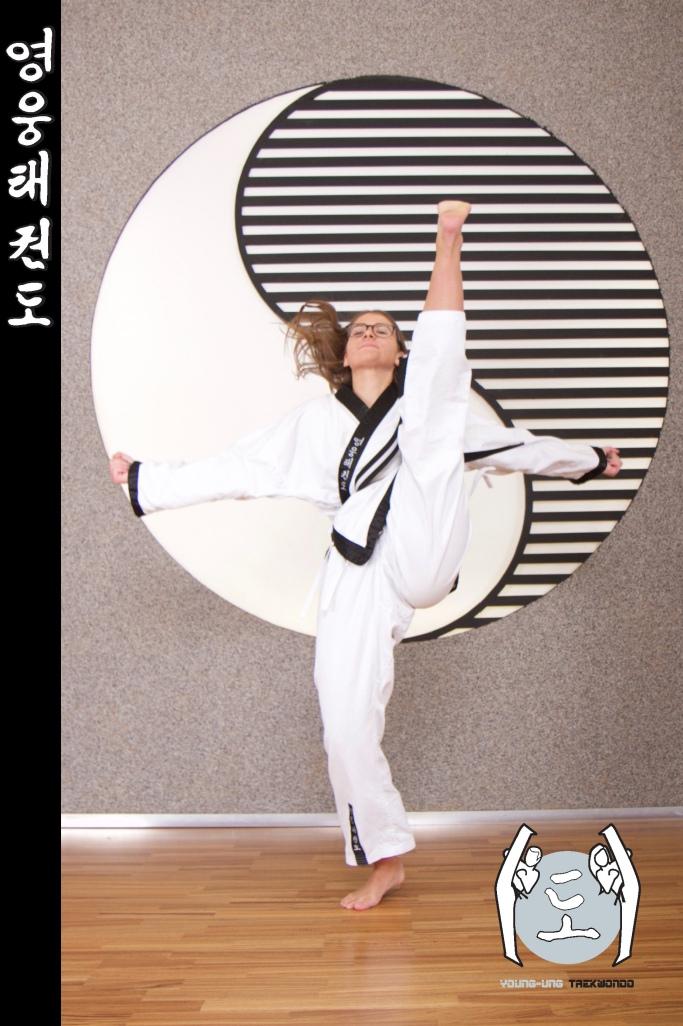Mädchen im Taekwondo Kampfanzug mit Schwarzgurt