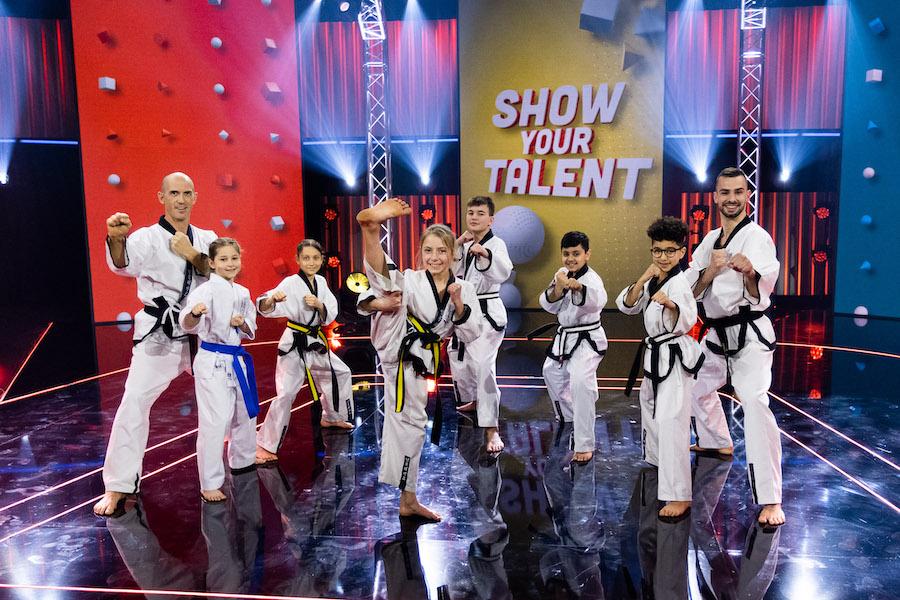 Gruppe von Kindern und Erwachsenen im Taekwondo-Kampfanzug