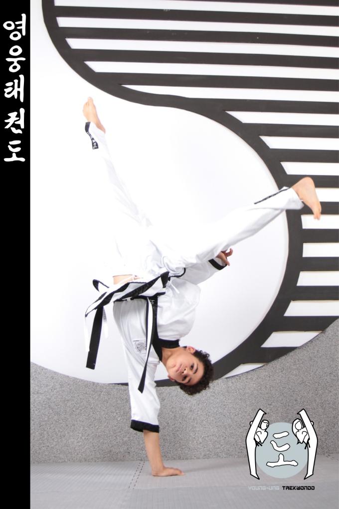 Bub im Taekwondo Kampfanzug mit Schwarzgurt