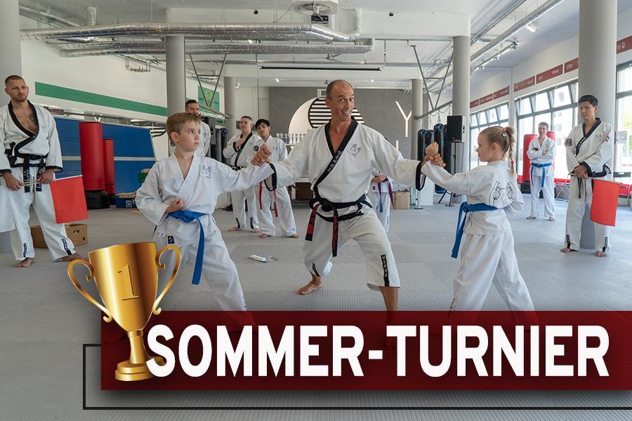 Mann und zwei Kinder im Taekwondo-Kampfanzug