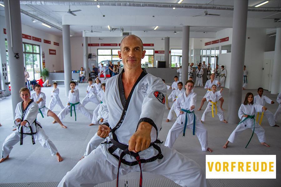 Gruppe mit Menschen im Taekwondo-Kampfanzug