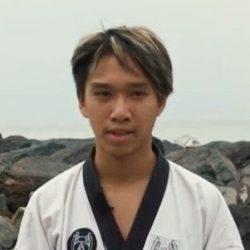 Portrait-Foto eines Teenager Jungen im Kampfanzug als Testimonial für unsere Taekwondo Kurse für Jugendliche