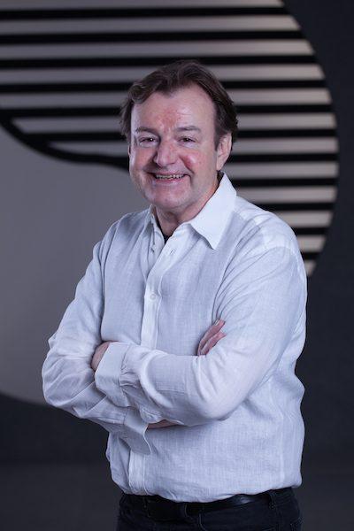 Portrait Foto älterer Mann im weißen Hemd.
