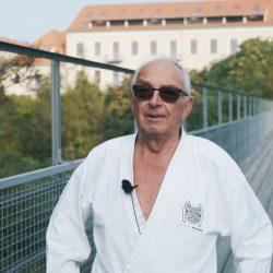 Portrait-Foto eines Senioren im Kampfanzug als Testimonial für unsere Taekwondo Kurse für Senioren