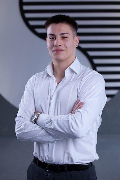 Portrait Foto eines junger Herr im weißen Hemd