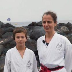 Portrait-Foto einer Mutter und ihres Sohnes im Kampfanzug als Testimonials für unsere Taekwondo Kurse für Familien.