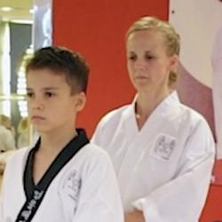 Portrait-Foto einer Mutter und ihres Sohnes im Kampfanzug als Testimonial für unsere Taekwondo Kurse für Familien.