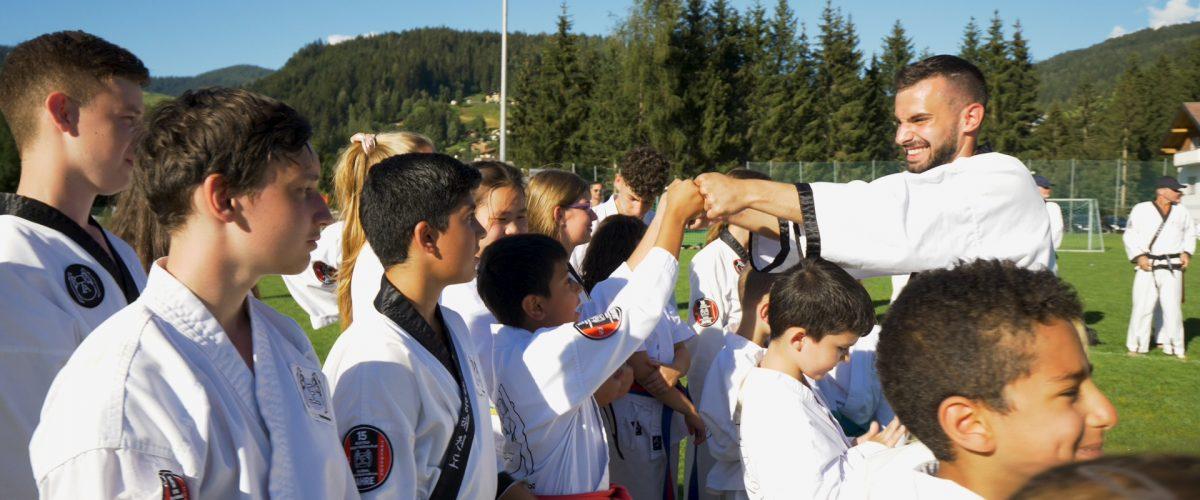 Mann im Kampfanzug begrüsst seine Taekwondo-Schüler in Wagrain.