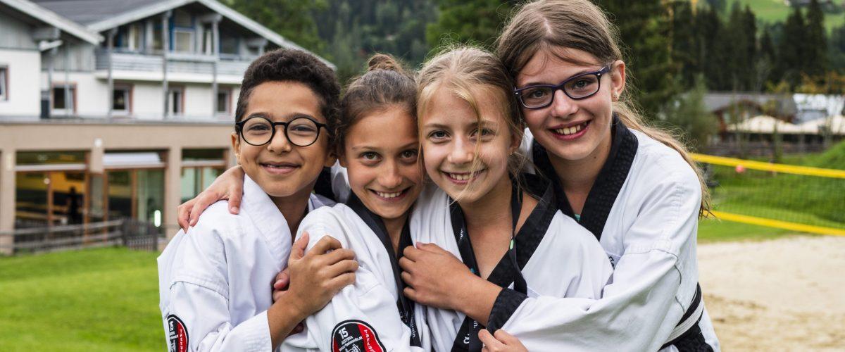 Lächelnde, fröhliche Kinder im Kampfanzug
