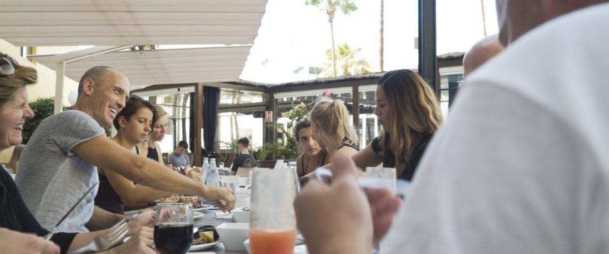 Menschen am Tisch beim Essen.