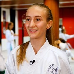 Portrait-Foto eines Teenager Mädchens im Kampfanzug als Testimonial für unsere Taekwondo Kurse für Teenager.