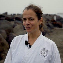 Portrait-Foto einer Frau im Kampfanzug als Testimonial für unsere Taekwondo Kurse für Erwachsene
