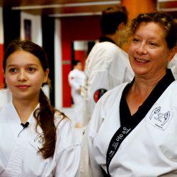 Porträt Foto einer Mutter mit ihrer Tochter im Kampfanzug als Testimonial für unsere Taekwondo Kurse für Erwachsene.