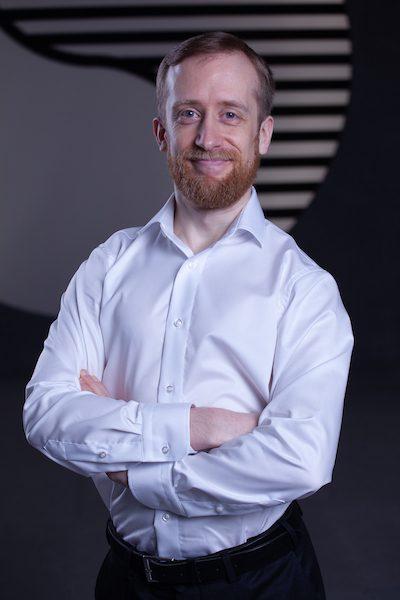 Portrait Foto dynamischer junger Mann im weißen Hemd.
