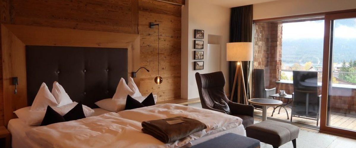 Großes schönes Bett in Hotelzimmer in Tirol.