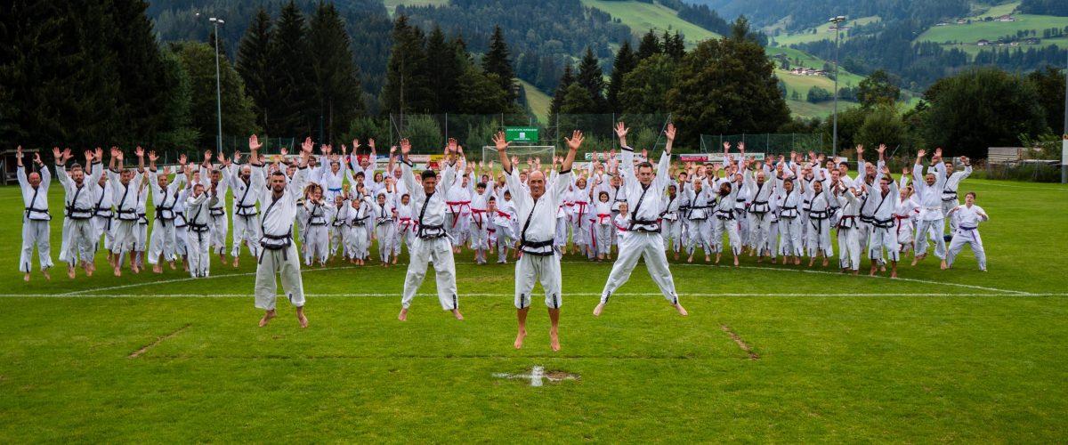 Große Taekwondo-Gruppe in der Wiese in Salzburg.